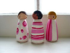 Handmade peg dolls ... wooden pink pattern por mooshoopork