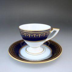東欧の名窯、ピルケンハンマーから、小さな気品ある作品のご紹介です。ピルケンハンマー(元オーストリア、その後はチェコスロバキア)はその高い品質の白磁により、東欧で最も尊敬されていた窯の一つでございます。こちらのお品も、お手に取っていただけましたらすぐにお分かりいただけます。ガラスのような透き通る白磁をすぐにお気に入りになられると思います。 ⇩ http://eikokuantiques.com/?pid=89321395 #英国アンティークス #アンティーク #ピルケンハンマー #カップ