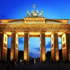 Portal de Brandemburgo  O Portal de Brandemburgo é considerado o maior ícone da Alemanha unida. Ele foi construído em 1791, é uma das principais atrações de Berlim e um dos pontos que mais representam a história Alemã.  #travel #traveling #visiting #instatravel #instago #instagood #trip #photooftheday #travelling #tourism #tourist #instapassport #instatraveling #mytravelgram #travelgram #travelingram #gootur #viagem #love #life #lol #voegootur