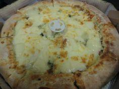 Pizza média de 4 queijos com borda recheada de catupiry