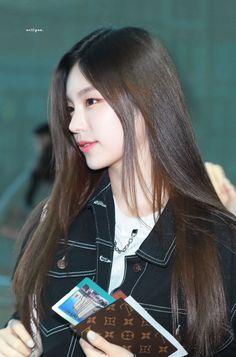 K-Pop Babe Pics – Photos of every single female singer in Korean Pop Music (K-Pop) Kpop Girl Groups, Korean Girl Groups, Kpop Girls, Mamamoo, Snsd, Rapper, Airport Style, Airport Fashion, Daniel Henney
