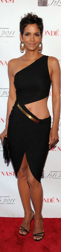 Halle Berry Showed Us More Than a Little Midriff in This Sexy Dress!