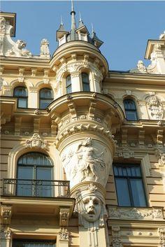 con la Galería General Güemes, primer rascacielos de Buenos Aires, y varios edificios de departamentos, y Virginio Colombo deslumbró con sus ostentosos edificios y residencias (Casa de los Pavos Reales, Palacio Carú)