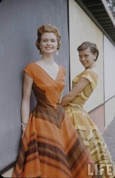 Retro Fashion Love the hairdo on the girl in the back! Tons more great pics at the source. Moda Retro, Moda Vintage, Vintage Mode, Vintage Sewing, Vintage Glamour, Vintage Beauty, Vintage Outfits, Vintage Dresses, 1950s Dresses