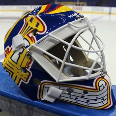 Brian Elliott puts the finishing touch on his Cujo tribute gear with this amazing 90-era replica mask.