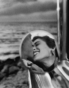 For Sale on - Santa Monica, California, Silver Gelatin Print by Elliott Erwitt. Photographie Vintage Couple, Vintage Couple Photography, Love Photography, Black And White Photography, Street Photography, Portrait Photography, Photo Vintage, Vintage Love, Vintage Photos