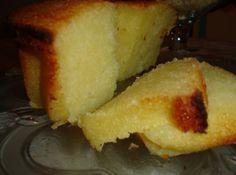 Receita de Bolo de Macaxeira - 1 Kg de macaxeira crua (picada) sem o talo central, 3 ovos, 1 1/2 xícara de chá de leite de coco, 2 xícaras de chá de açúcar, 3 colheres de sopa de manteiga, 1 colher de chá de sal