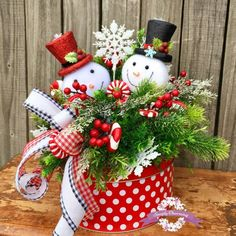 55 Affordable Traditonal Christmas Decoration Ideas With Low Budget Christmas Flower Arrangements, Holiday Centerpieces, Christmas Table Decorations, Table Centerpieces, Holiday Decor, Christmas Porch, All Things Christmas, Christmas Wreaths, Christmas Ornaments