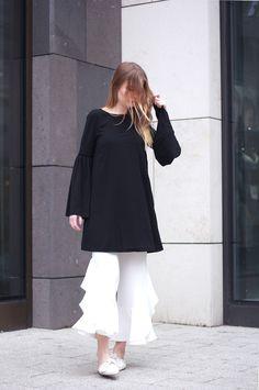 Outfit Kleid mit Glockenärmeln von AboutYou mit Zara Volant Hose und Edited Schleifen Pantoletten
