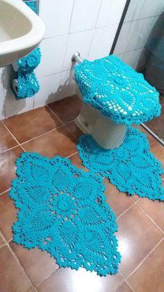 Jogo de banheiro em crochê feito com barbante Bandeirantes azul. São 4 peças: 2 tapetes 1 capa de assento 1 porta papel higiênico PRONTA ENTREGA Qualquer duvida mande uma mensagem! Obrigada Bathroom Crafts, Bathroom Sets, Doily Rug, Doilies, Marimo, Crown Royal, Mint Color, Easy Crochet, Make Your Own