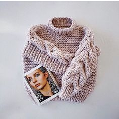 This eye-catching jumper is handknit in wool and a must-have for sweater weather. Sweater Knitting Patterns, Hand Knitting, Love Crochet, Knit Crochet, Chunky Knitwear, Crop Top Sweater, Big Sweater, Big Knits, Sweater Weather
