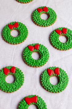 Easy Christmas Wreath Cookies - Sugar Cookies Decorated with Royal Icing with…
