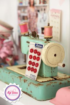 Interesting Choose the Right Sewing Machine Ideas. Cleverly Choose the Right Sewing Machine Ideas. Vintage Sewing Notions, Vintage Sewing Patterns, Sewing Crafts, Sewing Projects, Deco Retro, Antique Sewing Machines, Sewing Studio, Sewing Rooms, Sewing Accessories