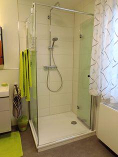 Dusche Mit Flachem Einstieg Und Faltbarer Glastüre, Grüne Handtücher