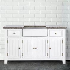 Nenápadný retro vzhled amerického stylu, v čisté bílé, s jemným opotřebovaným vzhledem a klasickými čistými liniemi v porovnání s