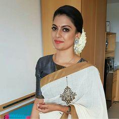 Kerala Saree Blouse Designs, Half Saree Designs, Bridal Blouse Designs, Set Saree, Saree Dress, Kerala Traditional Saree, Saree Embroidery Design, Kerala Bride, Tamil Girls