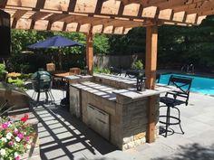 table a manger extérieure bois grill amenagement autour d une piscine parasol pergola bar pierre inox cuisine d'été avec piscine Parasol, Outdoor Structures, Outdoor Decor, Home Decor, Style, Gardens, Courtyards, Exterior Decoration, Relaxing Places