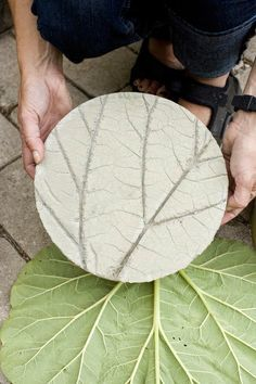 Tarinoita punaisen katon alta: Tee-itse pihalaatat | DIY stepping stones for your garden