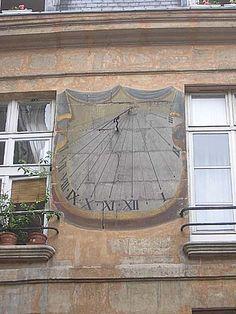 Cadran solaire - 68 rue Jean-Jacques-Rousseau (hôtel de Vins) Paris 75001