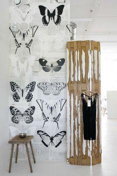 bijzonder behang vlinderbehang. Astrid en Claudia van het bedrijf Onszelf ontwierpen verschillende nieuwe behangdessins met onder andere vogels, zwart-wit vlinders, een doorleefde lambrisering en oude kranten.