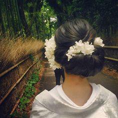 darkcolorも、やんわり纏めて。 季節だし、紫陽花に。 花びらのふわふわが、柔らかさも出ていい感じです #SERLIA #プレ花嫁 #上品 #紫陽花 #白無垢 #ウエディング #ヘアメイク