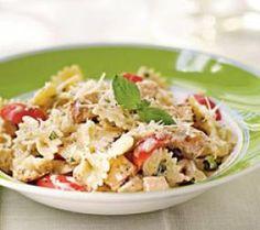 Voor de pasta:Snijd de kipfilets in blokjes en bak ze mooi goudbruin in de olie van de zongedroogde tomaten.Snijd de courgette en de venkel in julienne en stoof deze even aan in een eetlepel olijfolie en breng ze op smaak met Provençaalse kruiden.Kook de pasta beetgaar, snijd de olijven middendoor en de tomaten in reepjes.