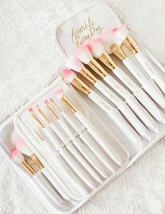 White Glam Brush Book💕 - Add some GLAM to your beauty routine! The White Glam Brush Book is the perfect way to keep your glam beauty brushes clean, organized and easy to access! Each White Glam Brush Book: ♥ includes 25 glam Source by itzzemiii - Beauty Brushes, Eye Makeup Brushes, Makeup Brush Set, Skin Makeup, Gold Makeup, Blonde Makeup, Makeup Remover, Makeup Goals, Makeup Tips
