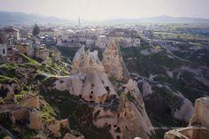 Uchisar Castello vista panoramica sui camini delle fatehttp://matrioskadventures.com/2014/05/27/magico-castello-uchisar-in-immagini-cappadocia-turchia-5/