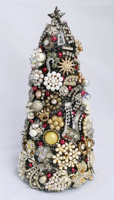 Something Created Everyday: Vintage Jewelry Christmas Tree in 3-D #vintagejewelry