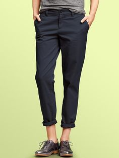 Gap navy khakis - teamed with brogues and a cosy bright knit, perfect for autumn's androgynous style (and generous in fit to cover growing baby bump :-)) Estilo Boyish, Estilo Tomboy, Tomboy Chic, Casual Chic, Looks Style, Casual Looks, Style Me, Girl Style, Androgynous Fashion