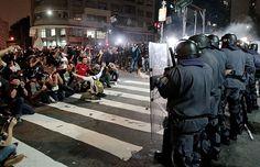 O embate entre a PM e uma parte dos manifestantes começou quando a Tropa de Choque jogou uma bomba de efeito moral na aglomeração que saía da Praça Roosevelt para a Rua da Consolação - 4º dia de protesto contra aumento da tarifa do transporte público em São Paulo