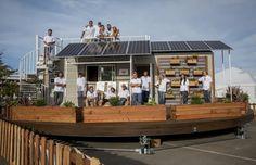 rEvolve: tiny house con seguimiento solar. Estudiantes de la Univ. de Santa Clara ganaron un concurso de pequeñas viviendas de energía cero, con una casa solar diminuta que sigue la posición del sol. El edificio de 22m2 está montado sobre una plataforma que gira, con el objetivo de que sus paneles fotovoltaicos siempre tengan la orientación óptima. Este método permite un 30% más de generación de energía. Fotos del interior y animación.  #Arquitectura, #Sostenibil