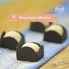 Mineiro Confira a receita de Brigadeiro Mineiro Yummy Drinks, Delicious Desserts, Dessert Recipes, Yummy Food, Chocolate Bowls, Chocolate Shop, Sandwich Cake, Tiny Food, Food Tasting