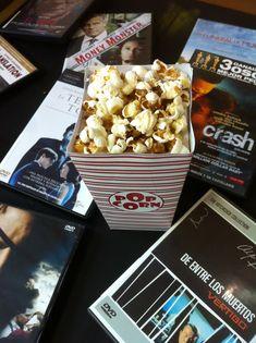 Detalle de la mesa con los DVDs ofertados. Decoración: Caja de palomitas de maiz.