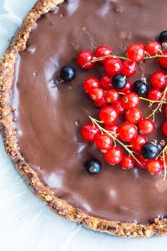 Skøn sundere chokoladetærte med nøddebund og cremet chokoladefyld.