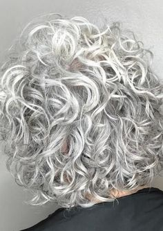 Do you like your wavy hair and do not change it for anything? But it's not always easy to put your curls in value … Need some hairstyle ideas to magnify your wavy hair? Curly Silver Hair, Thin Curly Hair, Grey Hair Over 50, Short Grey Hair, Short Wavy, Short Curly Hair Styles Over 50, Grey Hair Styles, Short Cuts, Haircuts For Curly Hair