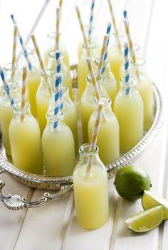 Vocês sabiam que existe uma dieta feita com limonada suíça?! O motivo é que o suco de limão contém benefícios que ajudam a acelerar o metabolismo, queima de calorias e eliminação de gorduras. Isso tudo porque o limão é antioxidante, ajudando a eliminar as toxinas do nosso organismo.