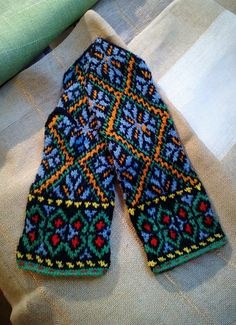 The Latvian Traditional Mitten Pattern (love love the colors)