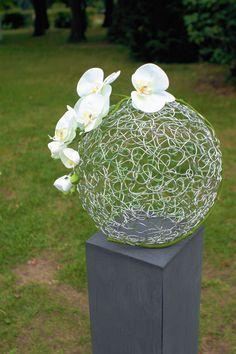 Blickfang der Trauzeremonie ist ein elegantes Arrangement aus Orchideen-Blüten und einer Kugel aus Silberdraht - Hochzeitsdekoration von www.tischleinschmueckdich.de