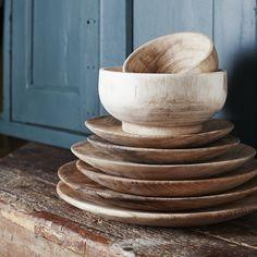On aime le côté brut et naturel de ce bol en bois de la marque Madam Stoltz. Dimensions : 20 cm x 9 cm. A associer avec les plats et assiettes de la marque disponibles dans notre boutique.