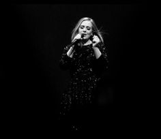 Wegens beschadigde stembanden kon de Britse zangeres Adele het afgelopen weekend niet optreden in Wembley Stadion.