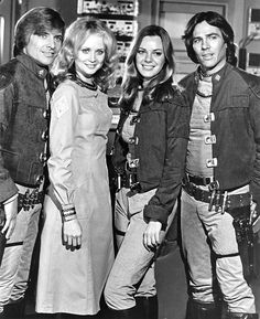 Dirk Benedict, Laurette Spang, Anne Lockhart and RIchard Hatch Battlestar Galactica - I always wanted one of those Colonial Warrior/Pilot jackets . 70s Tv Shows, Sci Fi Tv Shows, Walking With Dinosaurs, Sci Fi Movies, Movie Tv, Battlestar Galactica Cast, Kampfstern Galactica, Plus Tv, Classic Sci Fi