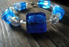 Priam ľadový náramok pozostáva zo stredovej vinutky so striebrom v tele, dvojfarebné modro-biele vinutky, brúsené sklo-ohňovky dvoch veľkostí v čírom odtieni s pokovom-trblietavý efekt!  Veľké ohňovky su okrášlené kovovými kaplíkami, navlečené na pamäťovom drôťe s elegantným zapínaním. Sapphire, Rings, Jewelry, Jewlery, Jewerly, Ring, Schmuck, Jewelry Rings, Jewels