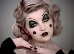 Feeling inspired by the new American Horror Story: Freak Show? Then ditch the classic kitty-cat look for something a little more creepy. We've got 10 clown makeup looks that will rock your striped socks off. Clown Costume Women, Scary Clown Costume, Gruseliger Clown, Clown Faces, Scary Clowns, Retro Costume, Clown Face Makeup, Jester Makeup, Creepy Vintage