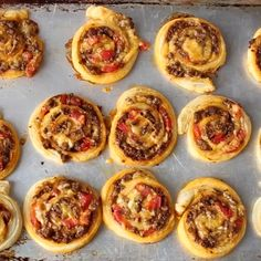 Oh Taco Pinwheels, I can't stop, wont stop! All you need is puff pastry, taco meat, tomatoes and cheese plus a few bowls of toppings like guacamole! Finger Food Appetizers, Appetizers For Party, Appetizer Recipes, Taco Pinwheels, Puff Pastry Pinwheels, Puff Pastry Pizza, Meat Recipes, Cooking Recipes, Vegetable Recipes