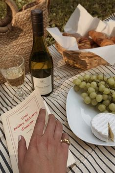Foodie Travel 174162710577952155 - Don't go to the picnic empty-handed, a book and a croissant should do. Lissy Kit Source by Summer Aesthetic, Aesthetic Food, Cozy Aesthetic, Italian Summer, European Summer, Northern Italy, Croissant, Dream Life, Cravings