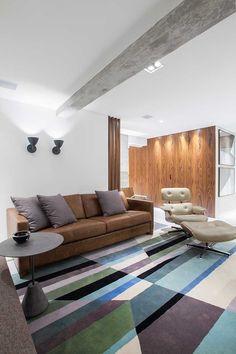 Um jovem solteiro, com um cachorro, comprou um apartamento super tradicional com três quartos. Mas o desejo dele era ter apê mais moderno com personalidade e para isso procurou o escritório Kleber Arigucci. O maior