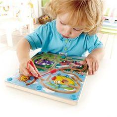 Une baguette magnétique aide l'enfant à parcourir le labyrinthe.  Une belle introduction aux problèmes de logique, d'association, de pensée critique et de compréhension de causes/effets. Aide le développement de la dextérité, la coordination des mouvements et la manipulation des objets.