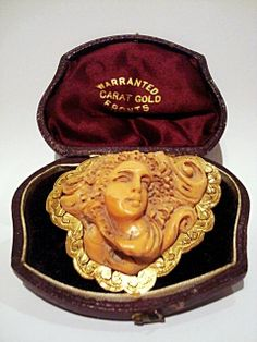 BEAUTIFUL ANTIQUE CAMEO LADY-MEDUSA FACE OF CARVED IN HIGH RELIEF OF LATE XIX CENTURY ANGEL SKIN COLOR, WITH REAR MOUNT CHISELLING OF 18 CT GOLD FOR BROOCH AND PENDANT. SIZE 2 9⁄32in X 2 11/64in