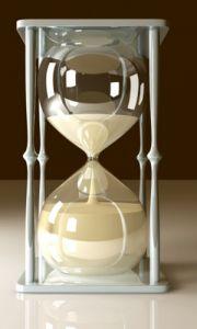 Přesýpací hodiny * čtyř sloupové porcelánové s baňkami z křišťálového skla s bílým pískem na s časomírou na 1 hodinu.